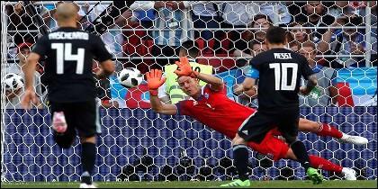 El portero islandés Halldórsson detiene un penalti al delantero argentino Lionel Messi (d), durante el partido Argentina-Islandia, del Grupo D del Mundial de Fútbol de Rusia 2018.