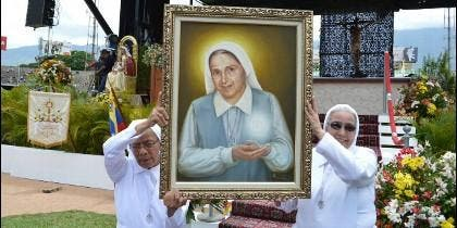 Dos monjas sostienen un retrato de la nueva beata Carmen Rendiles