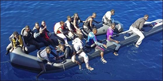 Inmigrantes subsaharianos sin papeles, llegando en patera a las costas de España.