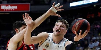El escolta esloveno del Real Madrid Luka Doncic lucha con el alero argentino Patricio Garino, del Baskonia.