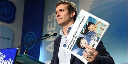 Pablo Casado sostiene uno de los tuits tras su candidatura.