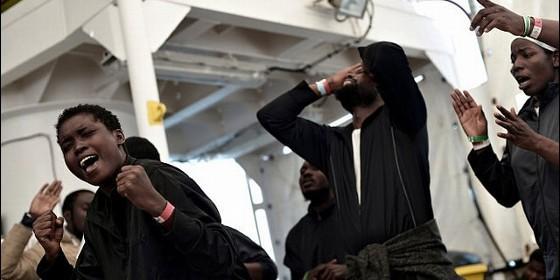 Migrantes del Aquarius celebran su llegada a Valencia