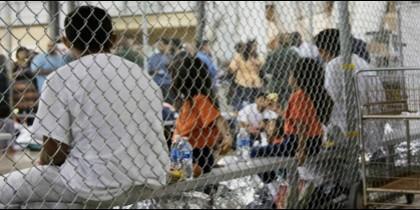 Niños migrantes separados de sus familias viven en una jaula en una instalación en Texas