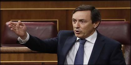 El portavoz del PP Rafael Hernando, sacude a Pedro Sánchez en la sesión de control en el Congreso de los Diputados.