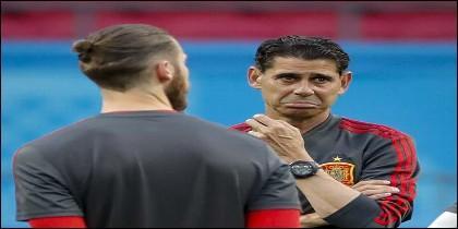 El portero David de Gea con el entrenador español Fernando Hierro, en el Mundial de Rusia.