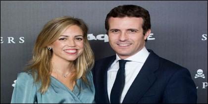 El Vicesecretario General de Comunicación del PP, Pablo Casado,  junto a su mujer, Isabel Torres.