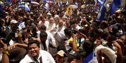 Brenes y Báez, procesionando con la custodia en Masaya