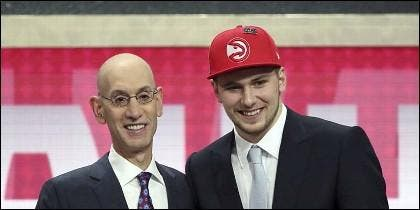 Adam Silver felicita a Luka Doncic, por su llegada a la NBA.