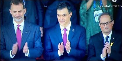 El Rey Felipe VI, Pedro Sánchez y Quin Torra aplauden juntos al Himno nacional de España, en los Juegos del Mediterráneo.