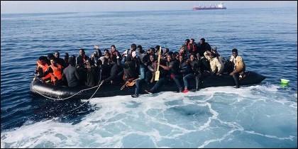 Migrantes sin papeles procedentes de Africa, llegando en patera a las costas de España.