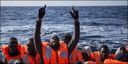 Muchos migrantes mueren ahogados en el Mediterráneo.