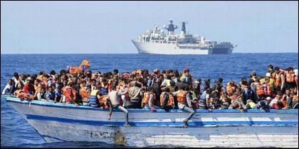 Migrantes sin papeles a la deriva por el Mediterráneo, son rescatados por una ONG.