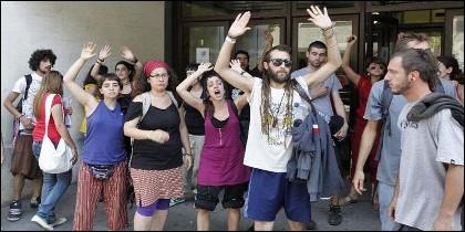 España: okupas manifestándose a la puerta de uno de sus edificios 'okupados'.