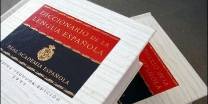El diccionario en papel de la RAE.