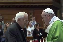 El Papa saluda al Padre Ángel