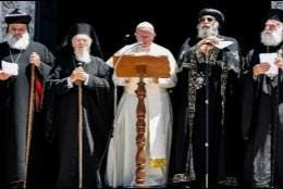 Francisco lee un mensaje tras su diálogo con patriarcas orientales en Bari