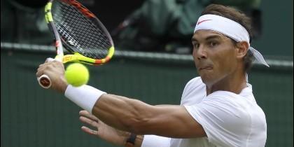 Rafa Nadal golpea de revés en Wimbledon.