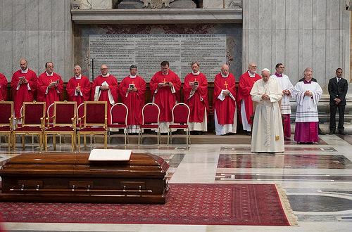 El papa Francisco asistió a la misa exequial del Cardenal Tauran — AICA