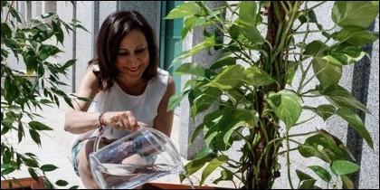 Margarita Robles se hace un Pedro Sánchez en el jardín ministerial.
