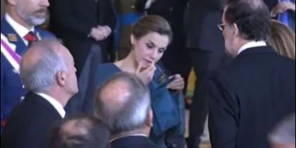 La frívola imagen de doña Letizia retocándose y 'pasando' de Rajoy.