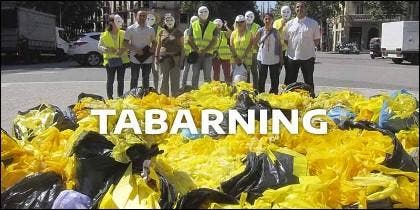 Tabarning: el deporte ecológico de moda en Cataluña, basado en la recogida de lazos amarillos.