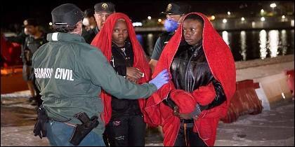 Migrantes origen subsahariano rescatadas de una patera por efectivos de Salvamento Marítimo al sureste de Motril.