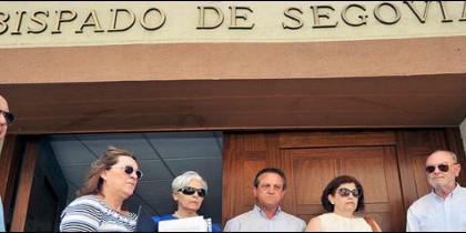 Vecinos de El Espinar ante el obispado de Segovia