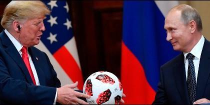 Putin regala balón del Mundial a Trump