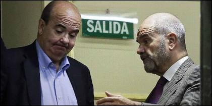 Gaspar Zarrías conversa con Manuel Chaves (PSOE).