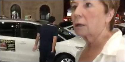 Celia Villalobos con la cara desencajada por no poder coger un Taxi.