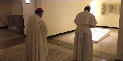 Francisco ora en la tumba de Pablo VI