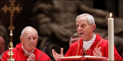 Wuerl (d), junto a McCarrick, en una misa en el Vaticano