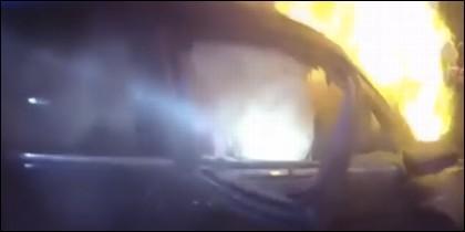Rescate coche en llamas.