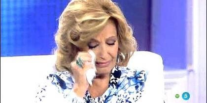 Teresa Campos, llora en un programa de Telecinco.