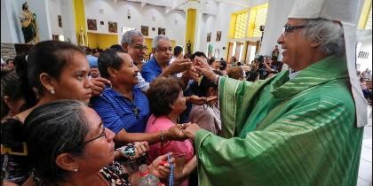 El cardenal Brenes saluda a fieles en una misa ayer en Managua