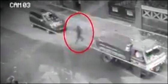 El peatón fantasma cruza a traves de los vehículos