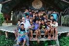El jesuita Carlos Riudavets, rodeado de niños en la misión en Perú