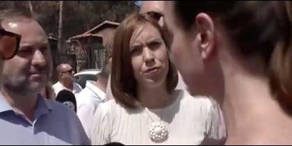 Ábalos, la alcaldesa de Gandía, y la afectada cabreada.