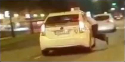 Colgado ventanilla del taxi