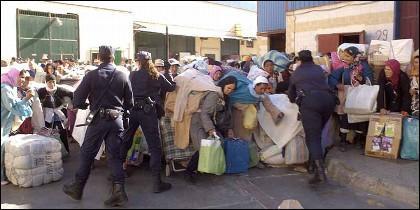 Porteadores con merecancia en la frontera entre Melilla y Marruecos.