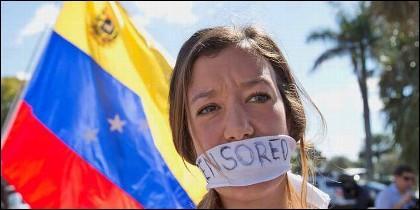 Una joven protesta contra la represión, la tortura y la censura en la Venezuela chavista.