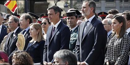 Los Reyes y el resto de autoridades en el aniversario del 17-A.