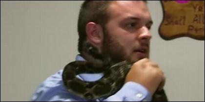 Serpiente muerde durante su sermón