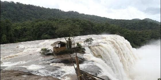 Una riada se lleva por delante a una casa en el estado indio de Kerala