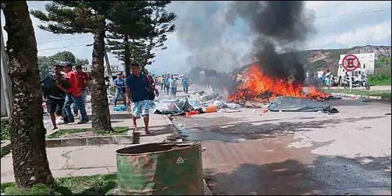 Brasileños queman carpas y expulsan a inmigrantes venezolanos, en la frontera de Pacaraima.