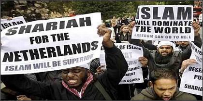 Manifestantes musulmanes proclaman en Europa la superioridad del Islam sobre los valores occidentales.