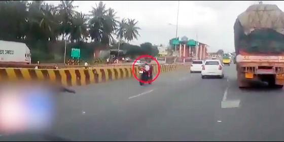 Tras accidente, niña de 5 años continúa sola arriba de una moto