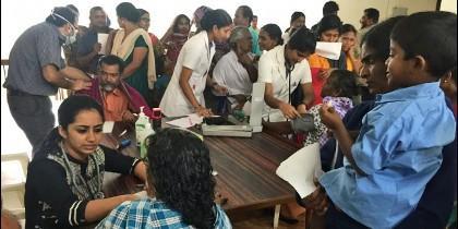 Un equipo médico del Hospital San Juan de Dios de Kattappana atiende a personas desplazadas