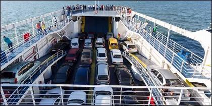 El ferry con pasajeros y coches entre la Península y Baleares.