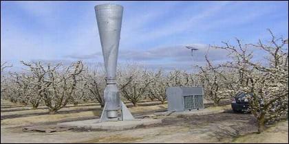 Un cañón granífugo, también conocido como 'bomba antigranizo', para disipar nubes sobre un campo de cultivo.